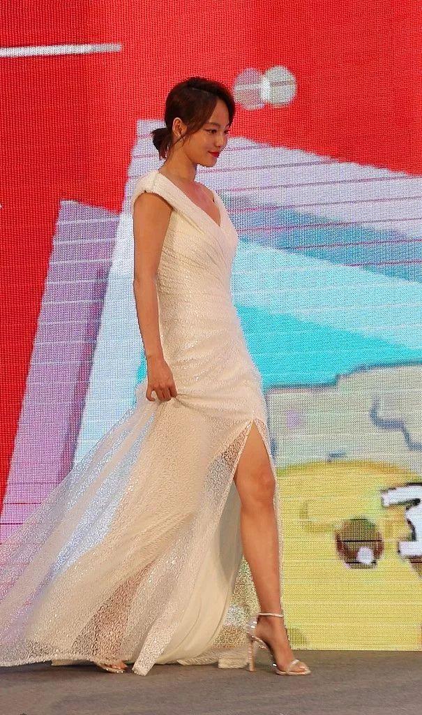 张嘉倪穿白色连体裤,衬得皮肤更黑了, 但这样的她很真实!