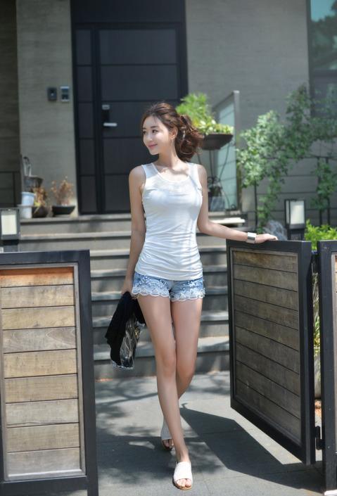妩媚丰腴的微胖女孩身着短裤热裤波涛汹涌的身姿诠释曲线之美