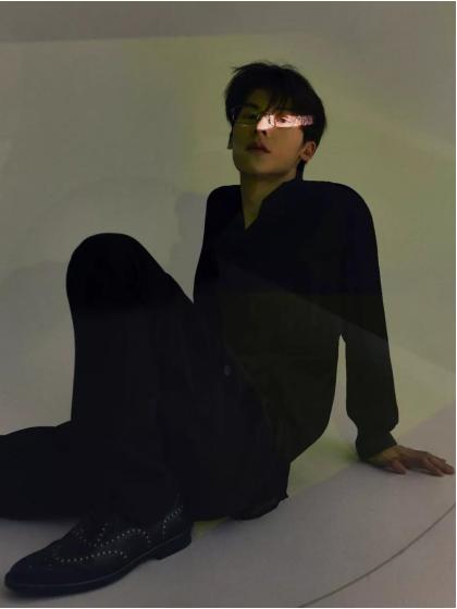 许光汉光影时尚大片 演绎儒雅眼镜造型